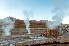 Wybuchać Gorącego gejzer kontrpara w El Tatio gejzerów polu przy wczesnego poranku wschód słońca, Atacama pustynia, Chile zdjęcie royalty free