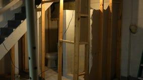 Wyburzająca suterenowa łazienka w wczesnym stanie przemodelowywa zbiory
