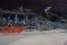 Wyburzający budynki przy nocą Obraz Royalty Free