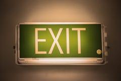 Wychodzi znaka lub wychodzi światło deskę na wierzchołku drzwi dla utożsamia zbawczego sposób gdy znalezisko przeciwawaryjna skrz Obraz Royalty Free