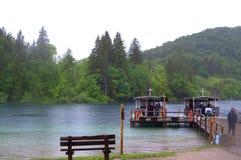 Wycieczek turysycznych łodzi molo w mgłowym jeziorze Obrazy Stock