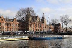 Wycieczek turysycznych łodzie i stacja kolejowa Amsterdam Zdjęcia Stock