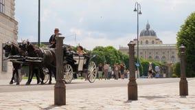 Wycieczka na popularnych miejscach, rysujący fracht z turystami jedzie stare ulicy zbiory