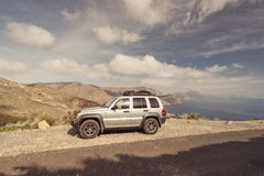 Wycieczka samochodowa samochód w wysokich górach z jeziornym widokiem Obraz Stock
