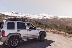 Wycieczka samochodowa w pustkowie w wysokich górach Zdjęcia Royalty Free