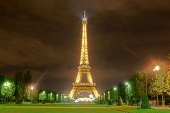 Wycieczka turysyczna Eiffel przy nocą Zdjęcia Royalty Free