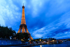 Wycieczka turysyczna Eiffel przy zmierzchem, wieża eifla Fotografia Royalty Free