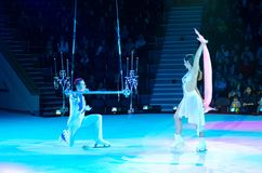 Wycieczka turysyczna Moskwa cyrk na lodzie Adagio powietrzne gimnastyczki na matte trapeze Obrazy Stock