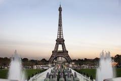 Wycieczka turysyczna przy wieczór Eiffel - Paryż Zdjęcie Royalty Free