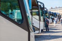 Wycieczka turysyczna trenuje pozycję z rzędu przy Versailles Zdjęcie Royalty Free