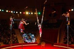 Wycieczka turysyczna wymieniająca po Nikulin Moskwa cyrk Grupowi jugglers pod kierunkiem Lyubov Karsanova Obrazy Royalty Free