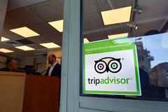 Wycieczki advisor majcher na restauracyjnym okno Obrazy Royalty Free