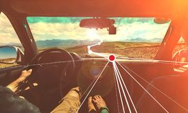 Wycieczki samochodowej przygody pojęcie Para podróżuje wokoło kraju używa zwiększającego realityÑŽ Tonującego wizerunek obrazy stock