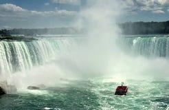 Wycieczki turysycznej łódź blisko Niagara spadków Fotografia Royalty Free