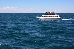Wycieczki turysycznej łódź na Jeziornym Titicaca Blisko do Copacabana w Boliwia Zdjęcia Royalty Free