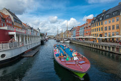 Wycieczki turysycznej łódź w Nyhavn, Kopenhaga Obrazy Royalty Free