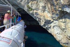 Wycieczki turysycznej łódź wchodzić do denną jamę Zdjęcia Stock