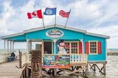 Wycieczki turysycznej centrum przy drewnianym molo dokiem w Caye doszczelniaczu Belize Obraz Stock