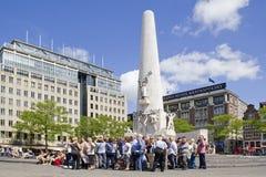 Wycieczki turysycznej grupa na tama kwadracie Amsterdam zdjęcia royalty free