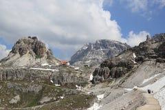 Wycieczkować ścieżkę wokoło Tre Cime szczytów Zdjęcie Stock