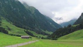 Wycieczkować ślad przez Schoenachtal doliny przy Zillertal doliną Drewniana stajnia wokoło i ziemia uprawna zbiory