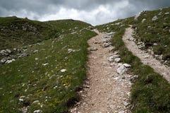 Wycieczkować ślad w dzikim i szorstkim góra krajobrazie Fotografia Royalty Free
