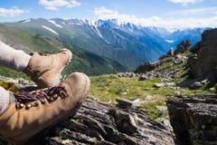 Wycieczkować buta widok górskiego odizolowywająca pojęcie czarny wolność Obraz Stock