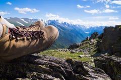 Wycieczkować buta widok górskiego odizolowywająca pojęcie czarny wolność Zdjęcia Royalty Free