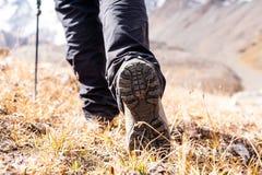 Wycieczkować buty na skałach zdjęcie royalty free