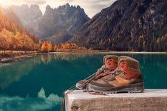 Wycieczkować inicjuje na drewnianej ławce przy Landro jeziorem w dolomit górach w Włochy Włoszczyzny sceneria lub krajobraz fotografia royalty free