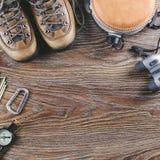 Wycieczkować lub podróży wyposażenie z butami, kompas, lornetki, kolba na drewnianym tle Styl życia aktywny pojęcie Fotografia Stock