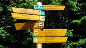 Wycieczkować podpisuje wewnątrz Bawarskiego Lasowego parka narodowego Zdjęcia Royalty Free