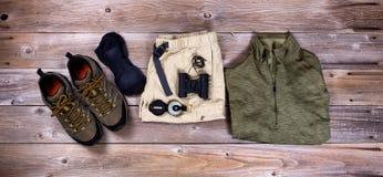 Wycieczkować przekładnię i odzież na nieociosanych drewnianych deskach Fotografia Stock