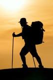 Wycieczkować sylwetkę w górach Fotografia Stock