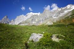Wycieczkować tło blisko Mont Blanc, europejscy Zachodni Alps Zdjęcie Stock