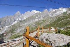 Wycieczkować tło Mont Blanc jest wysokim szczytem europejscy Zachodni Alps Zdjęcia Stock