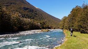 Wycieczkować w Nowa Zelandia obok Travers rzeki w Nelson jezior parku narodowym obraz royalty free