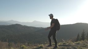 Wycieczkować - wycieczkowicza mężczyzna żyje zdrowego aktywnego styl życia na wędrówce z plecakiem Podwyżka w halnej naturze zdjęcie wideo