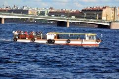 Wycieczkowa łódź na Neva rzece Obraz Stock