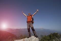 Wycieczkować - wycieczkowicze patrzeje widok w Zion parku narodowym Fotografia Stock