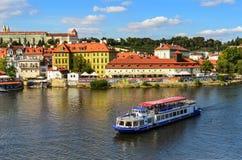 Wycieczkowe łodzie na rzece w Praga, republika czech obraz stock