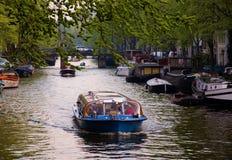 wycieczkowi łódkowaci Amsterdam kanały Zdjęcia Stock