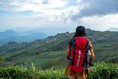 Wycieczkowicz azjatykcia kobieta czuje zwycięskiego obszycie na górze, Tajlandia obraz royalty free
