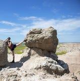 Wycieczkowicz Bierze odpoczynek rozciągliwość między skałami obraz stock