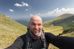 Wycieczkowicz bierze selfie podczas gdy out trekking Obrazy Stock