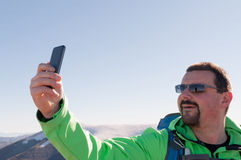 Wycieczkowicz bierze selfie w górach Zdjęcia Stock