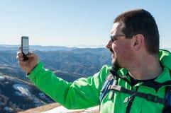 Wycieczkowicz bierze selfie w górach Fotografia Stock