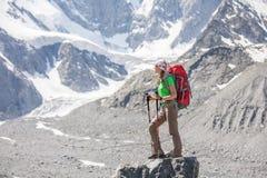 Wycieczkowicz blisko Belukha góry wysoki w Syberia zdjęcia royalty free
