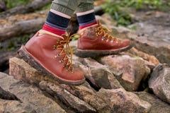 Wycieczkowicz chodzi nad skałami w butach fotografia stock