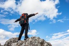 Wycieczkowicz cieszy się widok nad górą Zdjęcia Stock